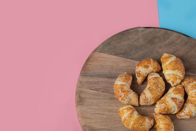 Жареные печенья мутаки на деревянном блюде.