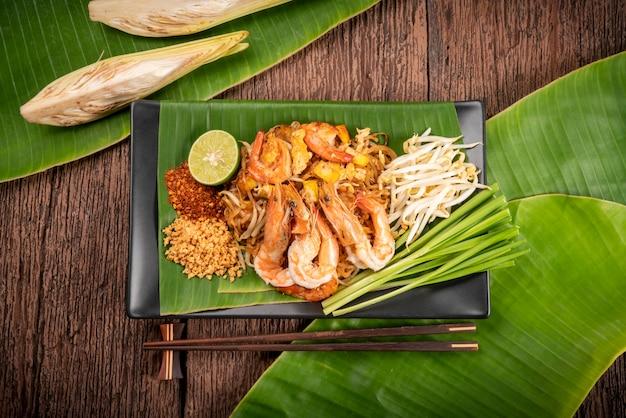 Жареная лапша по-тайски с креветками call pad thai