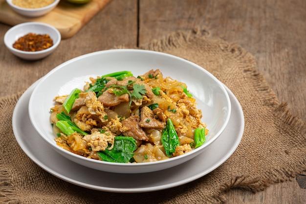 Жареная лапша со свининой в соевом соусе и овощах