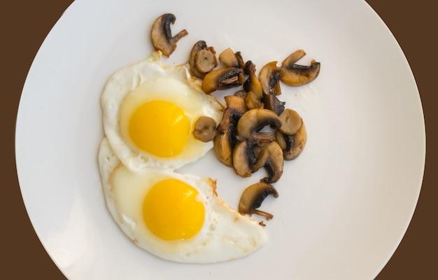 白いプレートの上面図にキノコと揚げ有機卵