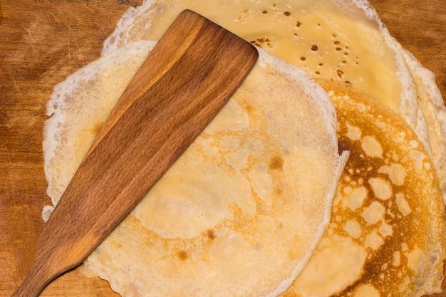 古い木製のテーブルで揚げたパンケーキ。上面図。