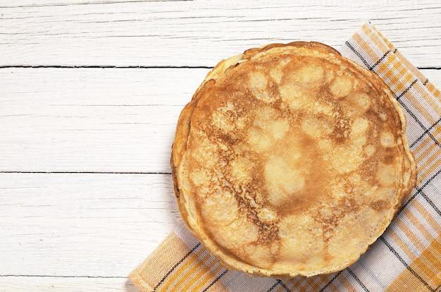 白い木製のテーブル、上面図の揚げパンケーキ。テキスト用のスペース