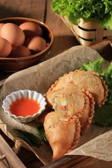 튀긴 파스텔 또는 파스텔 고렝은 인도네시아에서 인기 있는 페이스트리의 일종으로, 반죽 위에 당근 감자를 놓고 접고 단단히 닫고 버미첼리로 속을 채웁니다.