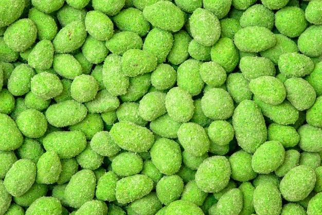 Жареные зерна арахиса с глазурью васаби. арахис в кляре подробно