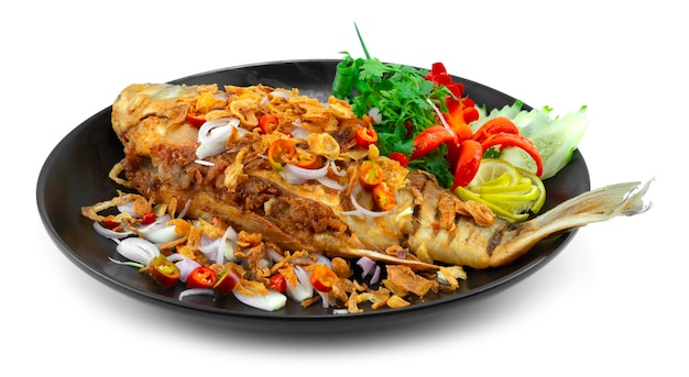 揚げ漬け魚のサワーテイスト、クリスピーエシャロット、チリ、ライムタイ料理ローカルディッシュスタイルの装飾彫刻チリと野菜の側面図