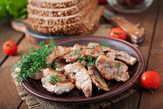 サンドイッチ用の揚げ肉とライ麦パン