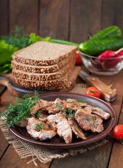 サンドイッチ用の肉とライ麦パンのフライ