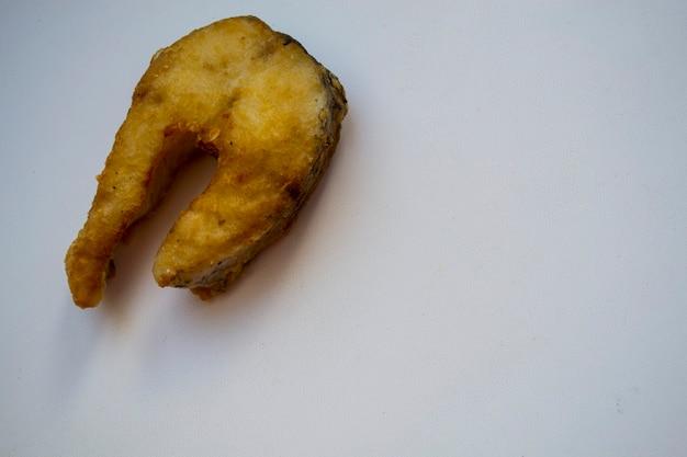 Жареная щука, щука, жареная рыба на белой тарелке
