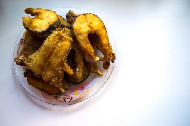 揚げパイクパイク魚白い皿に揚げた魚