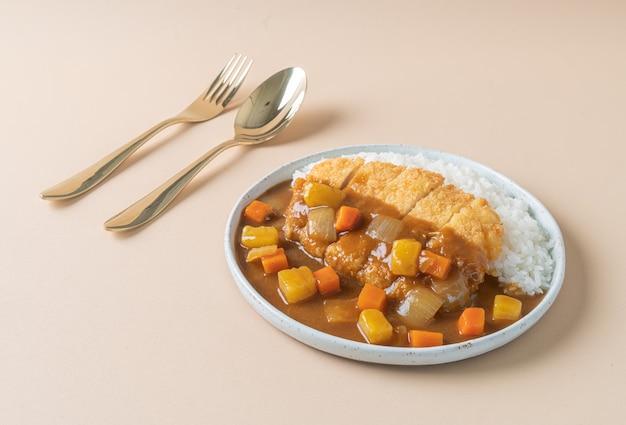 Жареная свиная котлета карри с рисом - стиль японской кухни