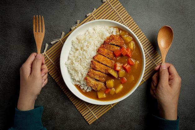 ポークカツカレーの炒め物とご飯の濃い表面