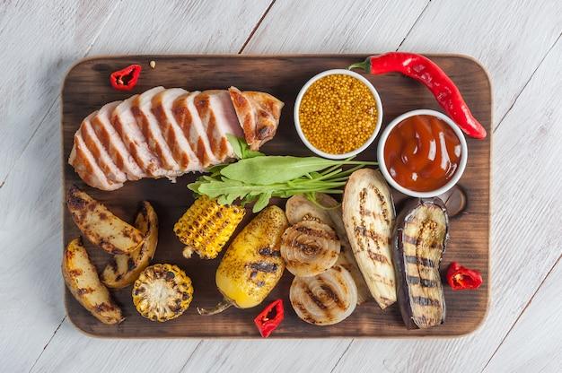 Жареное свиное филе и овощи на гриле, вкусный ужин-барбекю