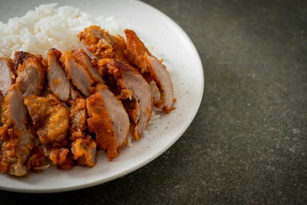 豚肉の炒め物にスパイシーなディップソースをのせたご飯