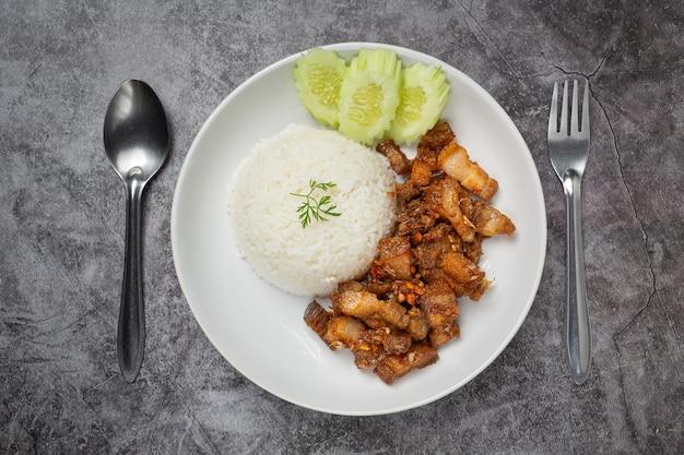 Жареная свинина с чесноком и перцем, подается с рисом