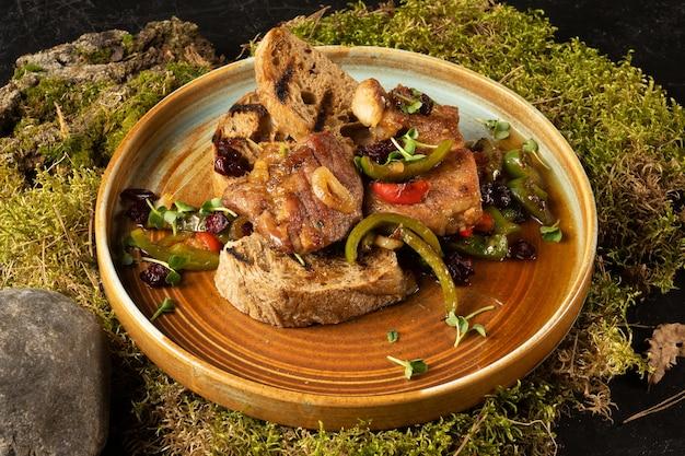 구운 야채와 함께 튀긴 돼지 고기. 고기와 야채의 뜨거운 요리