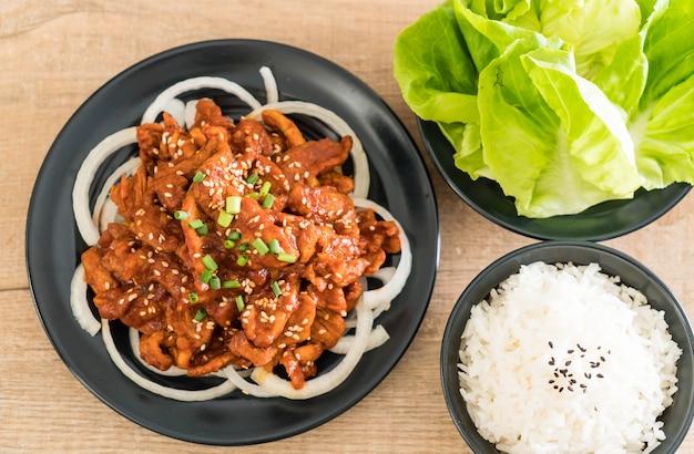 매운 한국 소스와 함께 튀긴 돼지 고기 (불고기)