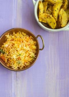 튀긴 감자와 테이블에 쌀