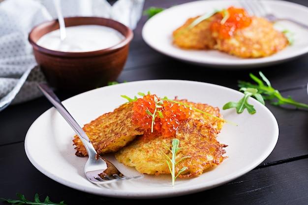 Жареные картофельные оладьи с красной икрой и сметаной, оладьи, рэсти