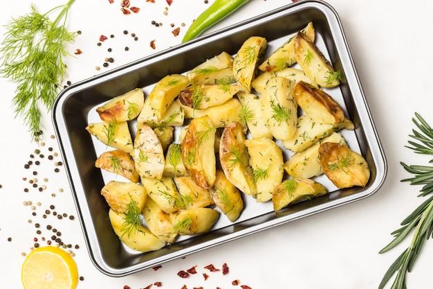 음식 금속 팔레트 피망 포드와 로즈마리 장식 흰색 표면에 딜로 튀긴 감자 웨지 플랫 누워