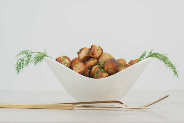 포크와 나이프를 곁들인 감자 튀김 무료 사진
