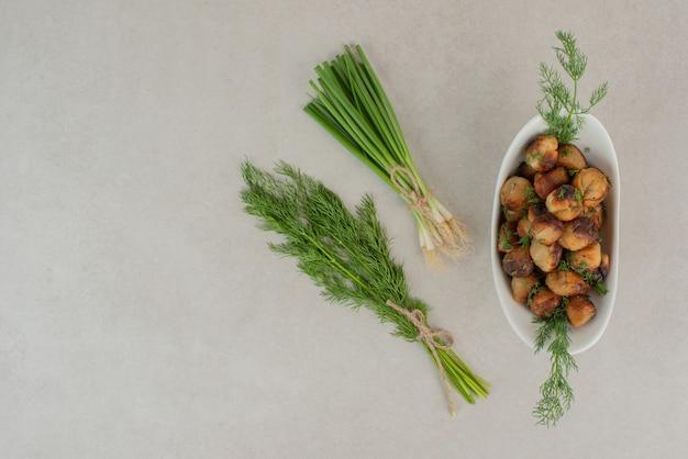 채소와 감자 튀김