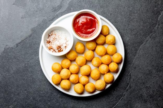 フライドポテトボールとトマトソース