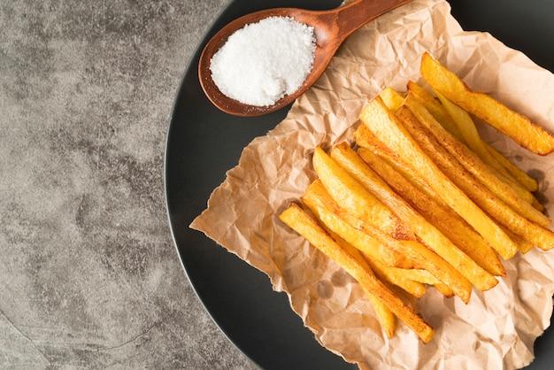 Patate fritte in lamiera grigia con spazio di copia