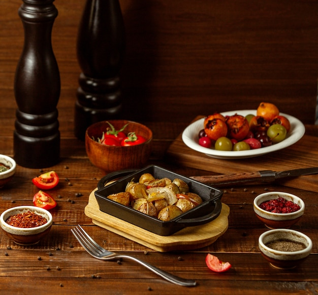 Жареный картофель на столе