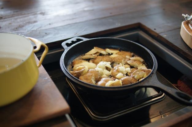 Жареный картофель на сковороде на кухне