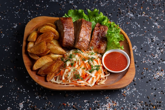 구운 고기와 샐러드, 블랙에 튀긴 감자
