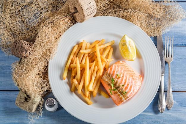 Жареный картофель с лососем на гриле