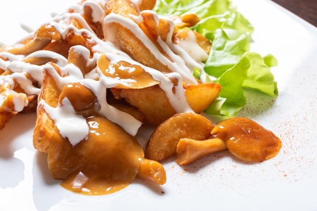 꿀 버섯과 허브를 곁들인 튀긴 감자. 어떤 목적을 위해.