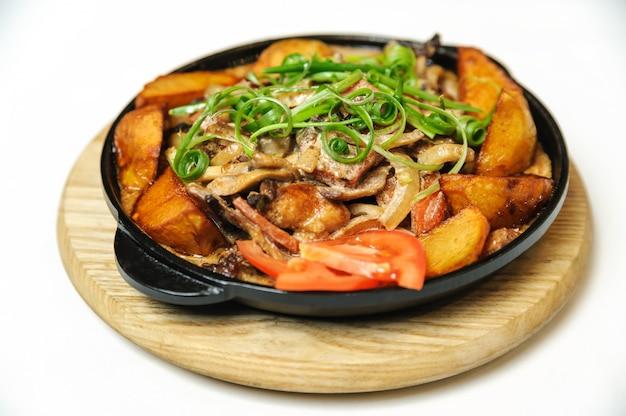 Жареный картофель с грибами, луком и беконом.