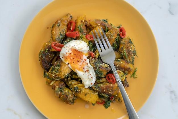 부드러운 삶은 달걀과 함께 향신료를 곁들인 튀긴 호박, 위쪽 전망, 클로즈업