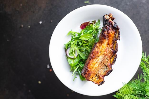 튀긴 갈비 고기 돼지 고기 쇠고기 또는 양고기 양념 소스 매운 향신료