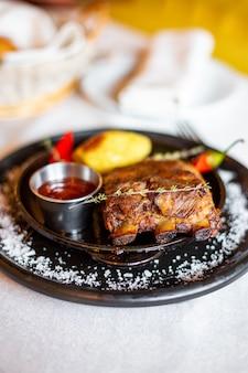 Жареные ребрышки с картофелем, красным перцем и соусом