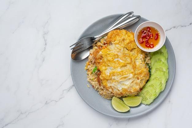 Жареный рис и жареное яйцо с рыбным соусом и огурцом