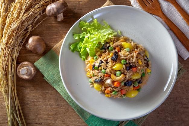 Жареные рисовые зерна и овощи (здоровое питание)