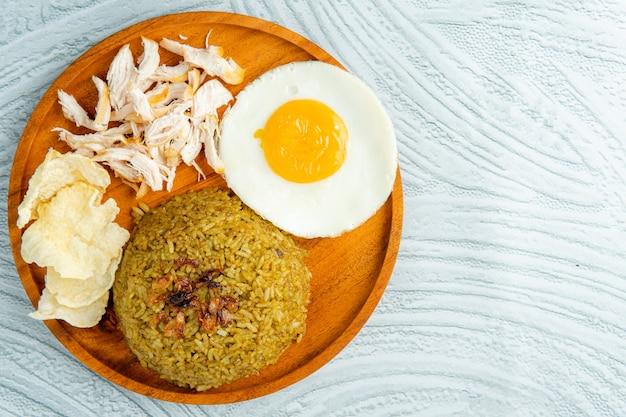 チャーハンは、中華鍋やフライパンで炒めたご飯です。