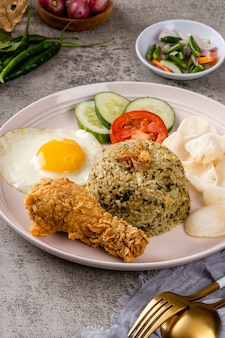Жареный рис - это блюдо из вареного риса, которое обжаривали в воке или на сковороде.