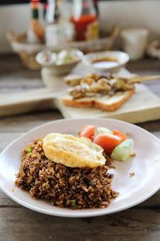Жареный рис наси горенг с курицей и овощами
