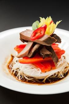 Жареная рисовая лапша с перцем и говядиной