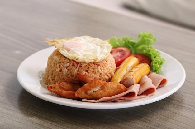 볶음밥 태국 스타일 튀긴 치킨, 소스, 햄, 계란 프라이/볶음밥 개념 요리