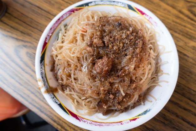 Жареная рисовая вермишель - настоящая тайваньская закуска в ресторане