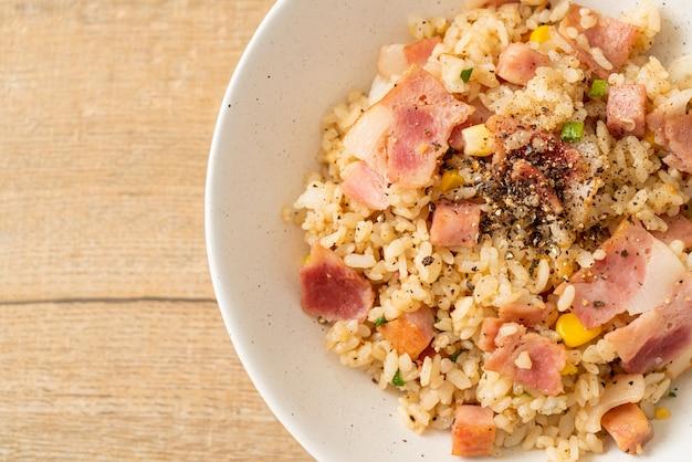 Жареный рис с ветчиной и черным перцем