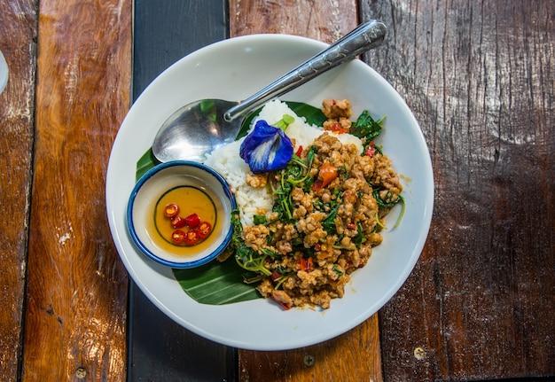 エンドウ豆の花で飾られたバジルと揚げ米。