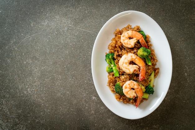Жареный рис с брокколи и креветками - домашний стиль еды