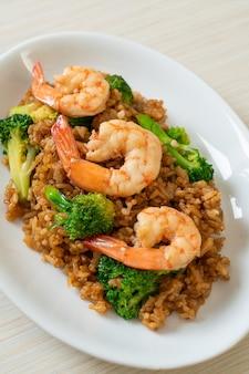 Жареный рис с брокколи и креветками