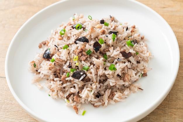 Жареный рис с китайскими оливками и фаршем из свинины - азиатская кухня