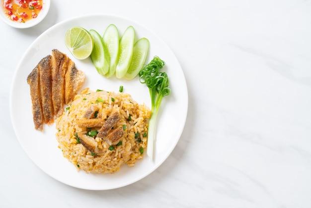 Жареный рис с хрустящей рыбой гурами
